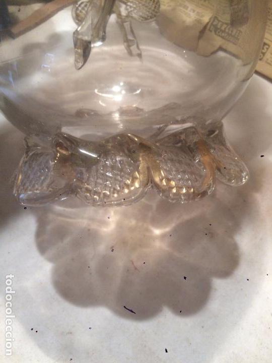 Antigüedades: Antiguo jarrón / florero de cristal soplado a mano con curiosa forma y dorado años 50-60 - Foto 5 - 85811772