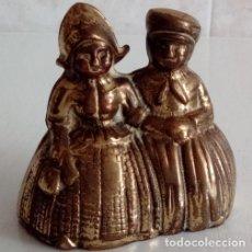 Antigüedades: BONITA Y ANTIGUA CAMPANILLA DE UNA PAREJA DE NIÑOS DE HOLANDA EN BRONCE MACIZO. Lote 85881654