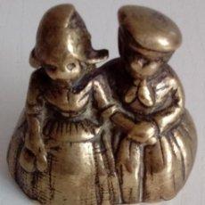 Antigüedades: BONITA Y ANTIGUA CAMPANILLA DE UNA PAREJA DE NIÑOS HOLANDESES EN BRONCE MACIZO. Lote 85882492