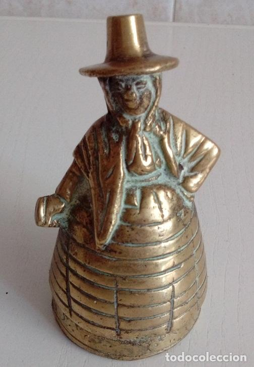 ANTIGUA CAMPANILLA CAMPANA DE MANO EN BRONCE MACIZO FIGURA DE UNA MUJER CON GORRO (Antigüedades - Hogar y Decoración - Campanas Antiguas)