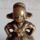 Antigüedades: MUY ANTIGUA CAMPANILLA CAMPANA DE UNA CAMPESINA HOLANDESA DE EPOCA EN BRONCE MACIZO. Lote 138520736