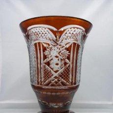 Antigüedades: GRAN JARRÓN DE CRISTAL DE BOHEMIA TALLADO EN TONOS GRANATES ESTILO IMPERIO MUY PESADO.. Lote 85919052