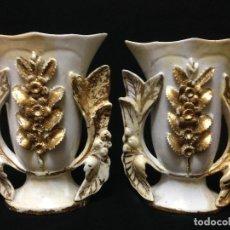 Antigüedades: ANTIGUA PAREJA DE JARRONES ISABELINOS EN PORCELANA Y SELLADOS EN SU BASE .. Lote 85928128