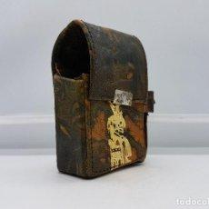 Antigüedades: PRECIOSA FUNDA PARA PAQUETE DE TABACO EN PIEL O SIMIL REPUJADA CON MOTIVOS EGIPCIOS.. Lote 85957356