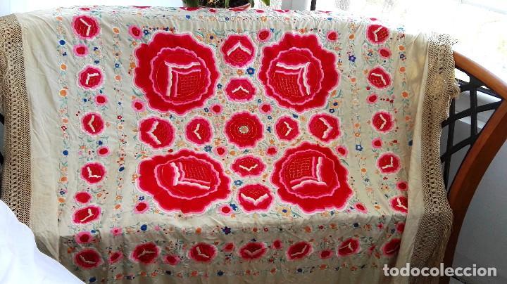 Antigüedades: Manton de Manila antguo de color vainilla seda bordada a mano con bellisimos 4 rosas con rosetones. - Foto 2 - 86072068