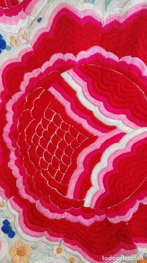 Antigüedades: Manton de Manila antguo de color vainilla seda bordada a mano con bellisimos 4 rosas con rosetones. - Foto 3 - 86072068
