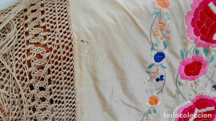 Antigüedades: Manton de Manila antguo de color vainilla seda bordada a mano con bellisimos 4 rosas con rosetones. - Foto 5 - 86072068