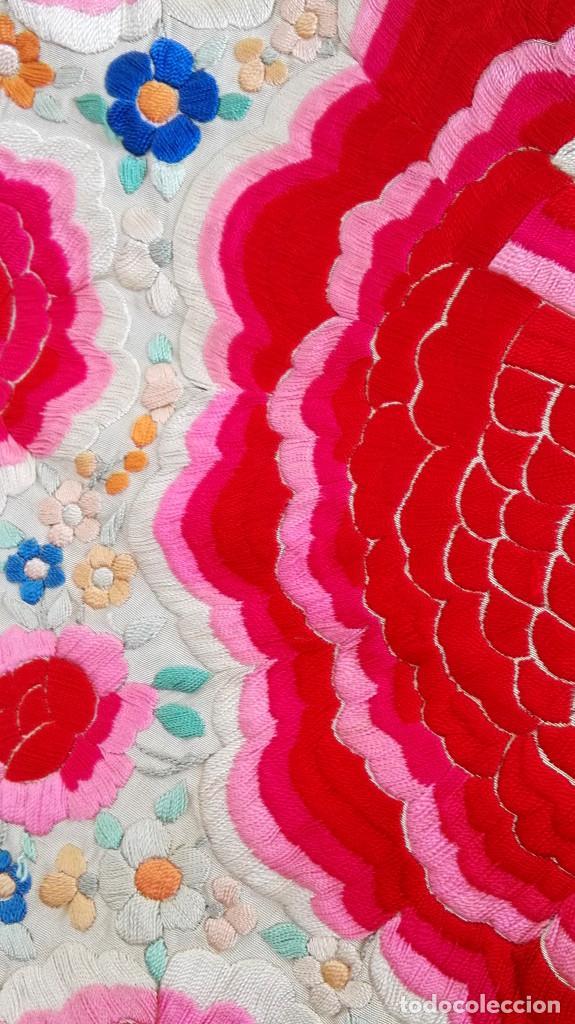 Antigüedades: Manton de Manila antguo de color vainilla seda bordada a mano con bellisimos 4 rosas con rosetones. - Foto 7 - 86072068