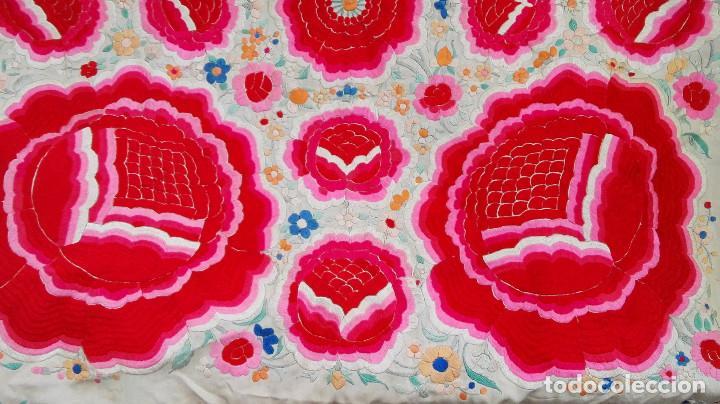 Antigüedades: Manton de Manila antguo de color vainilla seda bordada a mano con bellisimos 4 rosas con rosetones. - Foto 8 - 86072068
