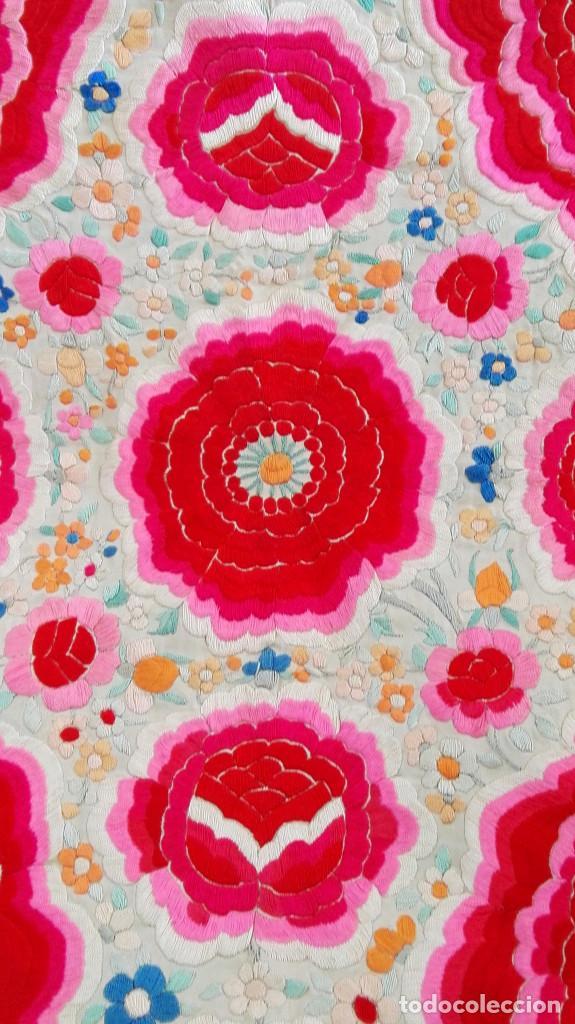 Antigüedades: Manton de Manila antguo de color vainilla seda bordada a mano con bellisimos 4 rosas con rosetones. - Foto 10 - 86072068