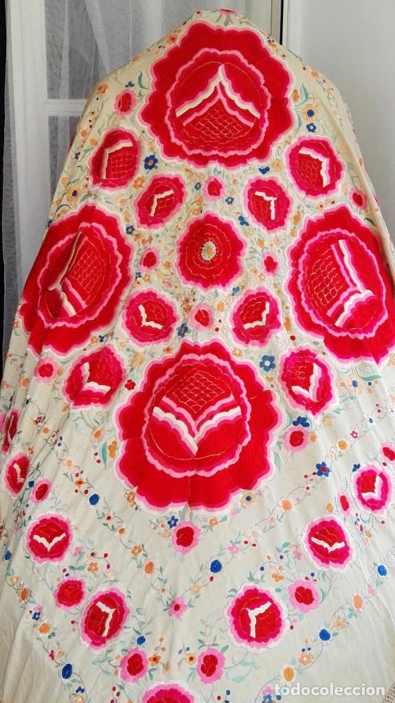 Antigüedades: Manton de Manila antguo de color vainilla seda bordada a mano con bellisimos 4 rosas con rosetones. - Foto 12 - 86072068