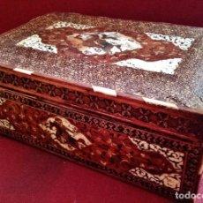 Antigüedades: MAGNÍFICA CAJA PERSA DE MARQUETERÍA EN DIVERSAS MADERAS, HUESO Y ESCENAS PINTADAS DE CAZA.. Lote 86073704