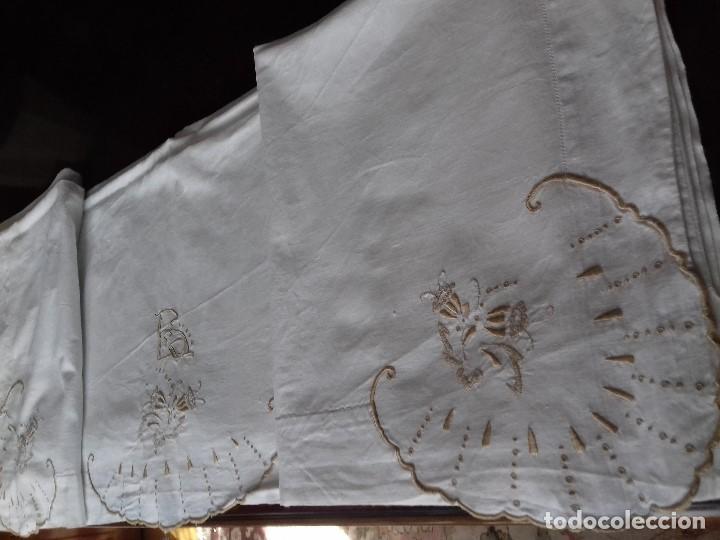 ANTIGUA SABANA BORDADA A MANO CON INICIALES REMATADA CON VAINICA. (Antigüedades - Hogar y Decoración - Sábanas Antiguas)