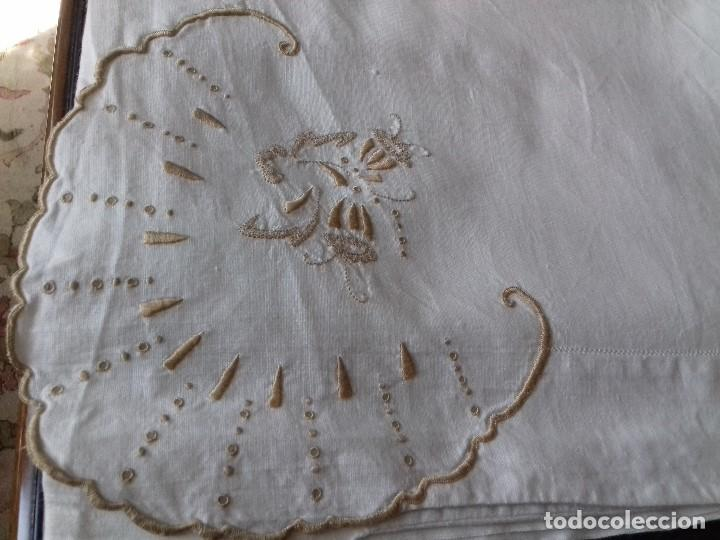 Antigüedades: ANTIGUA SABANA BORDADA A MANO CON INICIALES REMATADA CON VAINICA. - Foto 2 - 86145320