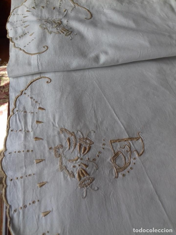 Antigüedades: ANTIGUA SABANA BORDADA A MANO CON INICIALES REMATADA CON VAINICA. - Foto 3 - 86145320
