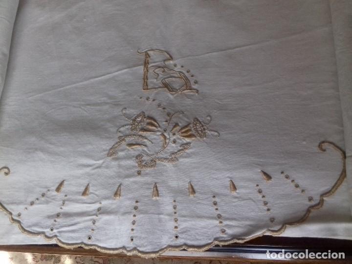 Antigüedades: ANTIGUA SABANA BORDADA A MANO CON INICIALES REMATADA CON VAINICA. - Foto 6 - 86145320