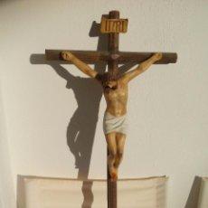 Antigüedades: CRISTO EN LA CRUZ. CRUCIFIJO DE MADERA CON CRISTO EN PASTA DE ESCAYOLA POLICROMADA. Lote 86152976