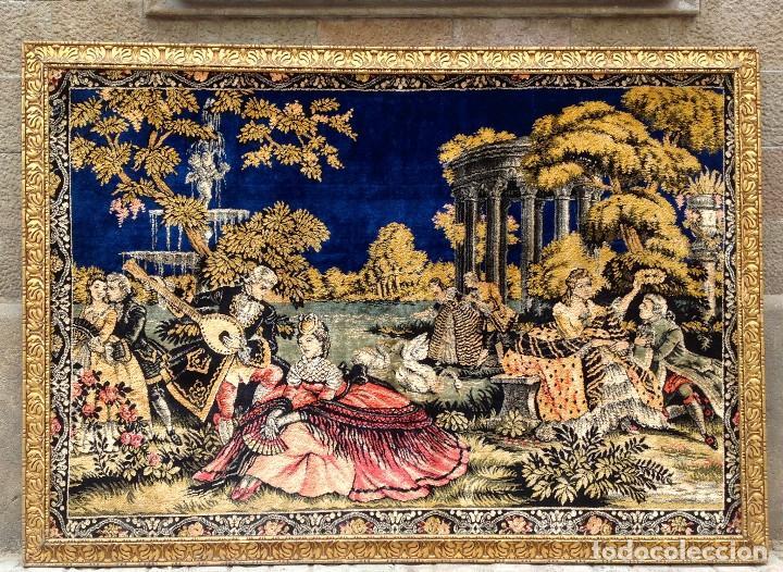 ANTIGUO TAPIZ ESCENAS GALANTES CON MARCO DORADO MEDIDAS 185 X 129CM (Antigüedades - Hogar y Decoración - Tapices Antiguos)