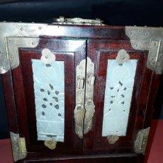 Antigüedades: ARMARIO JOYERO DE SHANGAI EN MADERA, JADE Y LATÓN . Lote 154051740