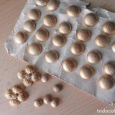 Antigüedades: 31 BOTONES METALICOS - DORADOS - ANTIGUOS - DOS CON INCRUSTACION DE CRISTAL. Lote 86241816