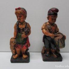 Antigüedades: PRECIOSA Y ANTIGUA PAREJA DE NIÑOS EN YESO POLICROMADO, 20 CM DE ALTURA. Lote 86244948