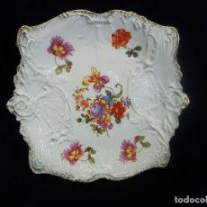 Antigüedades: BELLO PLATO CUADRANGULAR EN PPORCELANA ALEMANA DE FLORES. AÑOS 1920.. Lote 86263072