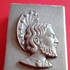 Antigüedades: ANTIGUA CAJA DE CERILLAS METALICA CON LA IMAGEN DE UN SANTO EN RELIEVE. Lote 86263344