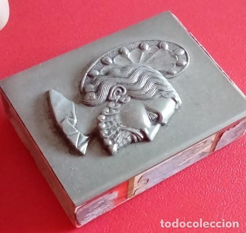 Antigüedades: ANTIGUA CAJA DE CERILLAS METALICA CON LA IMAGEN DE UN SANTO EN RELIEVE - Foto 2 - 86263344