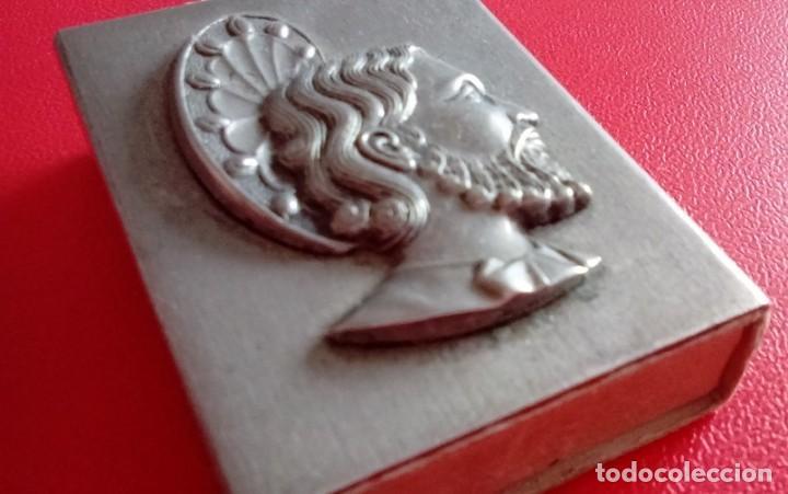 Antigüedades: ANTIGUA CAJA DE CERILLAS METALICA CON LA IMAGEN DE UN SANTO EN RELIEVE - Foto 4 - 86263344