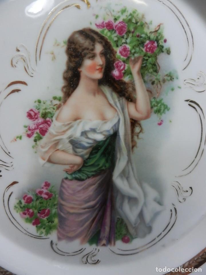 Antigüedades: Plato de alero de calados época ART DECO preciosa escena de dama. - Foto 2 - 86263700