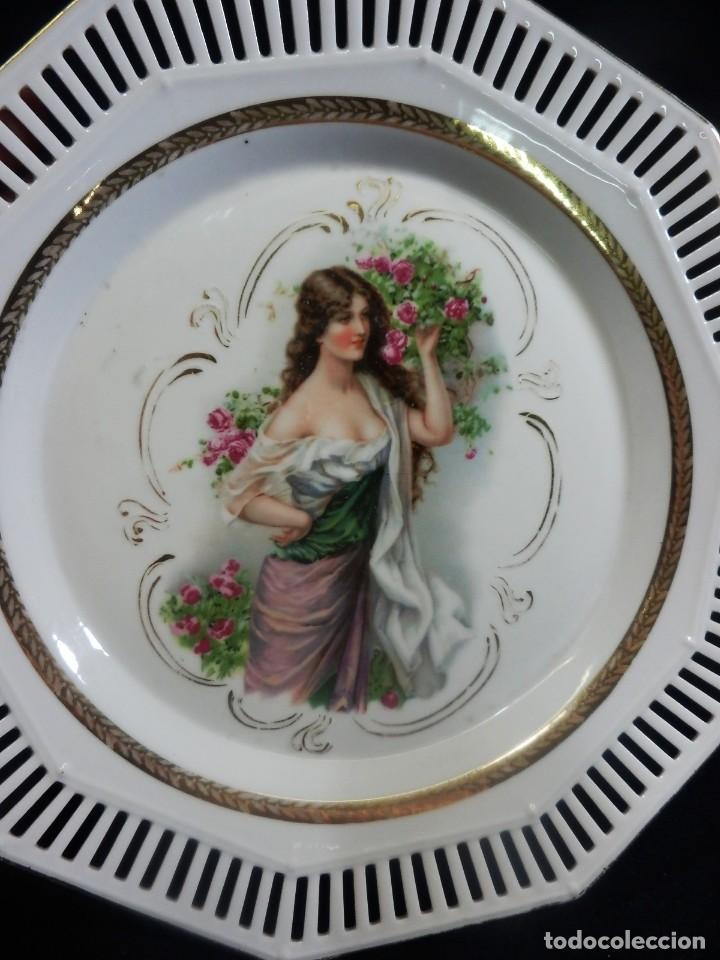 Antigüedades: Plato de alero de calados época ART DECO preciosa escena de dama. - Foto 3 - 86263700