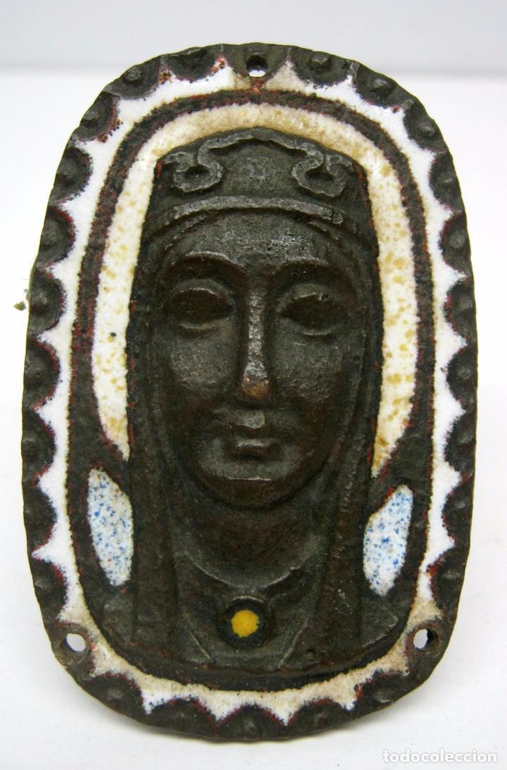 ANTIGUO BELLO BRONCE O COBRE CON ESMALTE VIRGEN - 6 X 4 CM (Antigüedades - Religiosas - Orfebrería Antigua)
