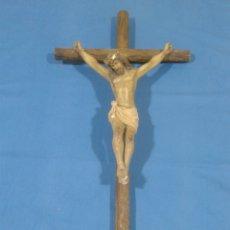 Antigüedades: ANTIGUO CRUCIFIJO CRUZ DE MADERA TALLADO EN ESCAYOLA(1). Lote 86333507