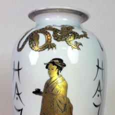 Antigüedades: GRAN JARRÓN EN PORCELANA. BASE EN PLATA. CON PUNZONES. JAPÓN(?) CIRCA 1950. Lote 86359548