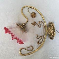 Antigüedades: APLIQUE MODERNISTA DE BRONCE Y TULIPA CRISTAL ROSADO. Lote 86427416