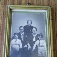 Antigüedades: MARCO FOTO DE FAMILIA - DE MADERA - SHYLOCK CORREO, 3 - BILBAO. Lote 86457336