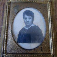 Antigüedades: MARCO FOTO -- DE LATÓN CON FINO LABRADO RELIEVE. Lote 86457416
