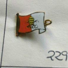 Antigüedades: ANTIGUO PIN INSIGNIA AGUJA ALFILER BANDERA DEL MUNDO VATICANO. Lote 86481668