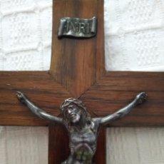 Antigüedades: ANTIGUO CRUCIFIJO DE MADERA Y BRONCE, CRUZ JESUS CRUCIFICADO, DE PARED AÑOS 40-50'S. Lote 86482328