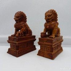 Antigüedades: PAREJA DE FIGURAS ANTIGUAS DE LEONES FOO PROTECTORES GUARDIANES ORIENTALES.. Lote 97351470