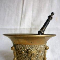 Antigüedades: ALMIREZ DE BRONCE CON CARAS MANO 18 CMS. 11 CMS DE DIÁMETRO Y 7,5 CMS ALTURA. Lote 86508876
