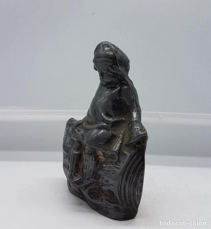 Antigüedades: Figurita alemana antigua de niña sentada sobre tronco de peltre en relieve, epoca art decó . - Foto 2 - 86533936