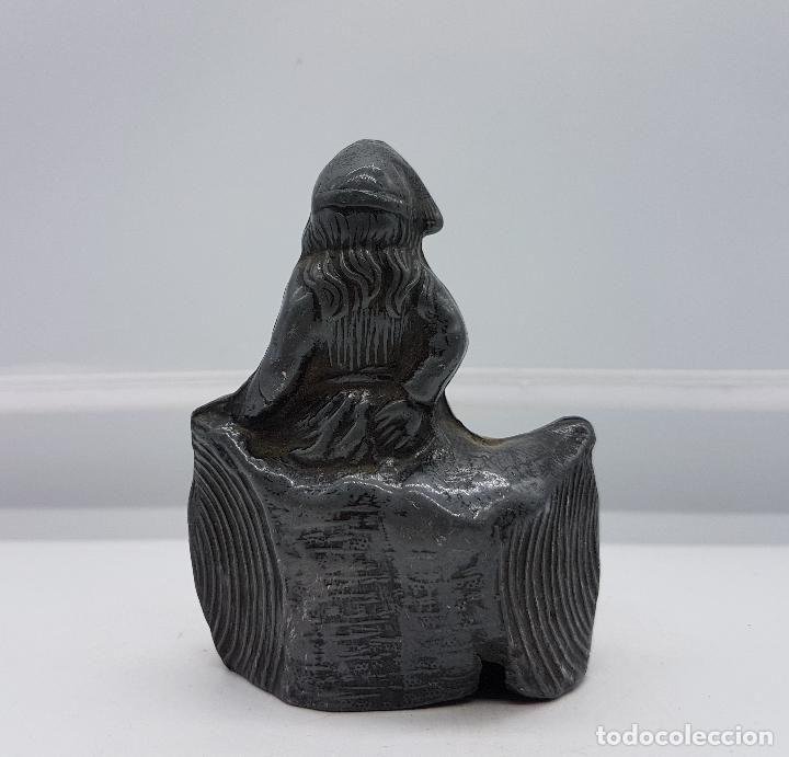 Antigüedades: Figurita alemana antigua de niña sentada sobre tronco de peltre en relieve, epoca art decó . - Foto 3 - 86533936