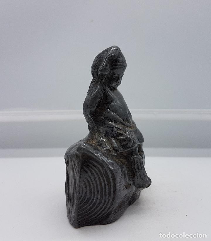 Antigüedades: Figurita alemana antigua de niña sentada sobre tronco de peltre en relieve, epoca art decó . - Foto 4 - 86533936