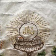 Antigüedades: CORTINA SAGRARIO BORDADA ORO PLATA Y SEDAS COLORES ENCAJE CONCHA IDEA TRAJE NIÑO JESUS SEMANA SANTA. Lote 86545596