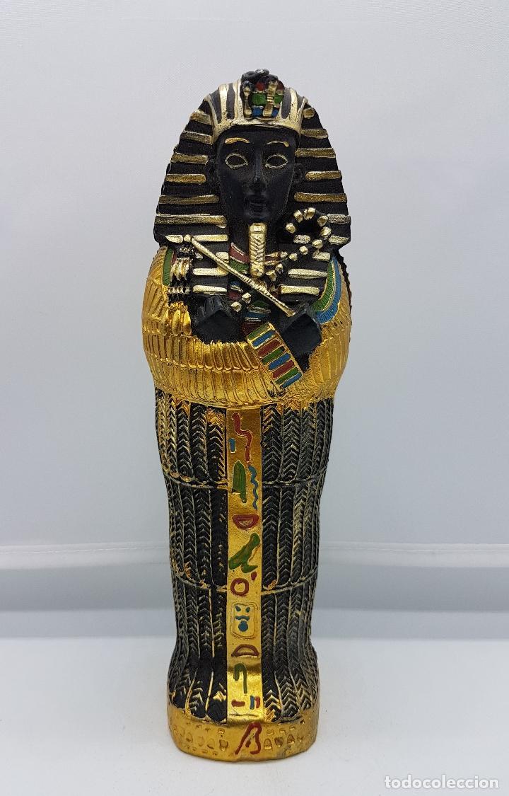 REPRODUCCIÓN ANTIGUA DE SARCOFAGO CON BELLOS ACABADOS POLICROMADOS EN ORO Y MOMIA EN EL INTERIOR . (Antigüedades - Hogar y Decoración - Figuras Antiguas)