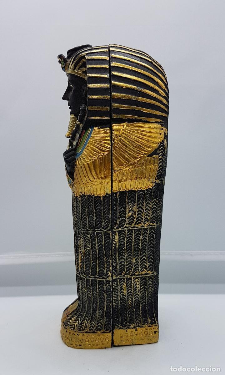 Antigüedades: Reproducción antigua de sarcofago con bellos acabados policromados en oro y momia en el interior . - Foto 2 - 86551888