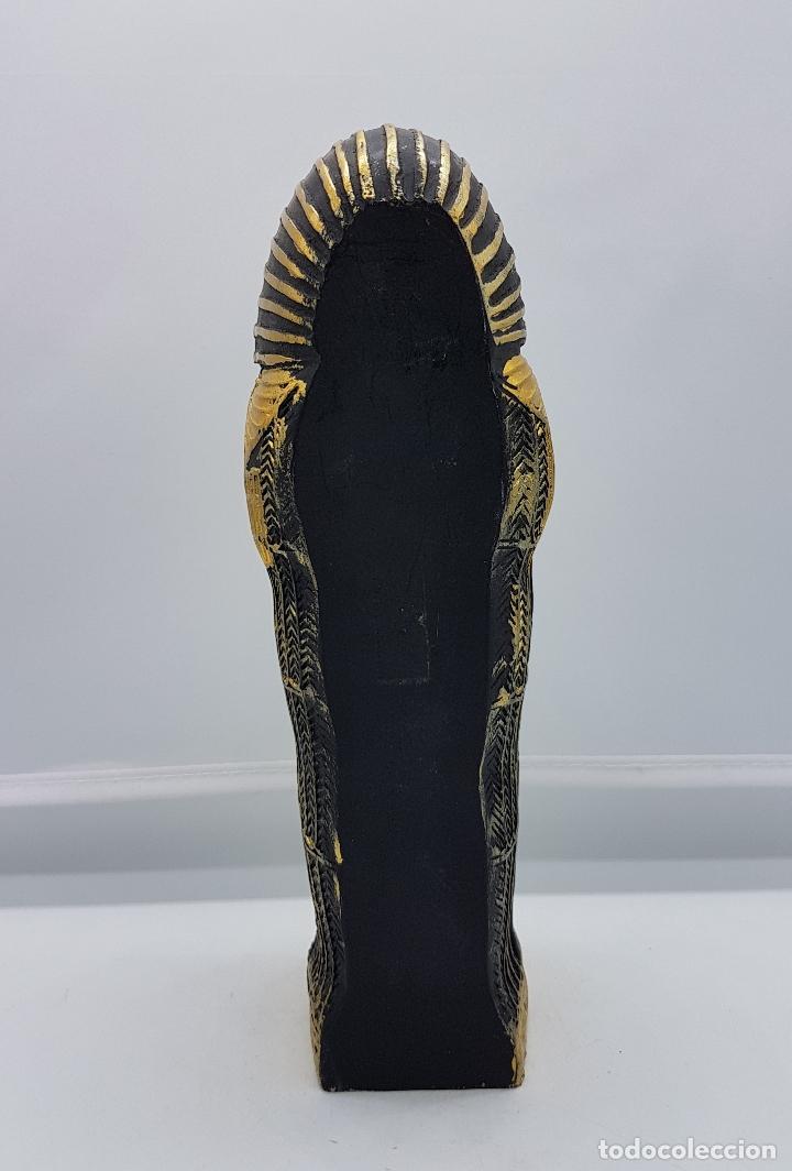 Antigüedades: Reproducción antigua de sarcofago con bellos acabados policromados en oro y momia en el interior . - Foto 3 - 86551888