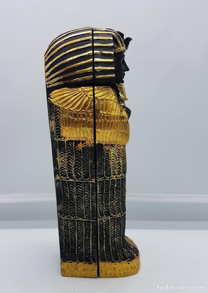 Antigüedades: Reproducción antigua de sarcofago con bellos acabados policromados en oro y momia en el interior . - Foto 4 - 86551888