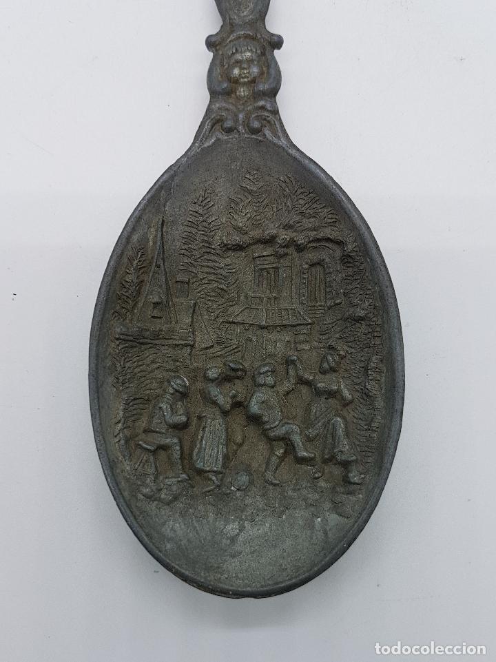 Antigüedades: Cucharón antiguo aleman en peltre con motivos de epoca en relieve, de Finales del siglo XIX . - Foto 5 - 86552736